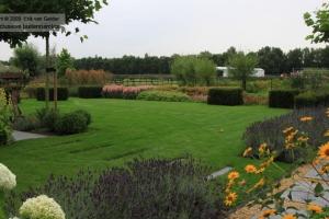 Tuinonderhoud-landelijke-moderne-tuin-door-Van-Gelder-Tuinen