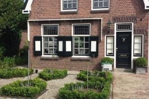 Hoveniers-klassieke-tuin-jaren-30-woning-Dirksland3